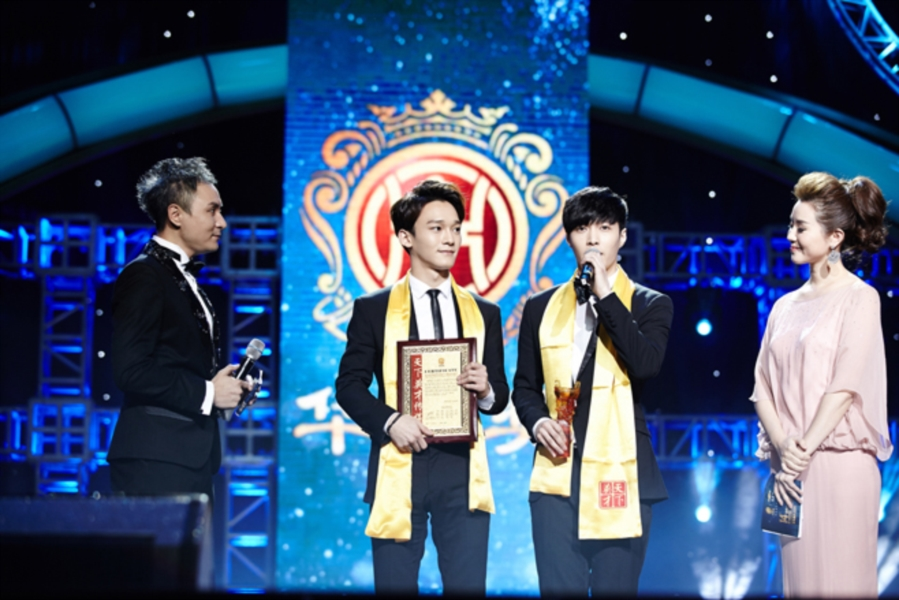엑소(EXO), 중국 화정장 음악 시상식 '글로벌 최고 인기 그룹상' 수상 쾌거!